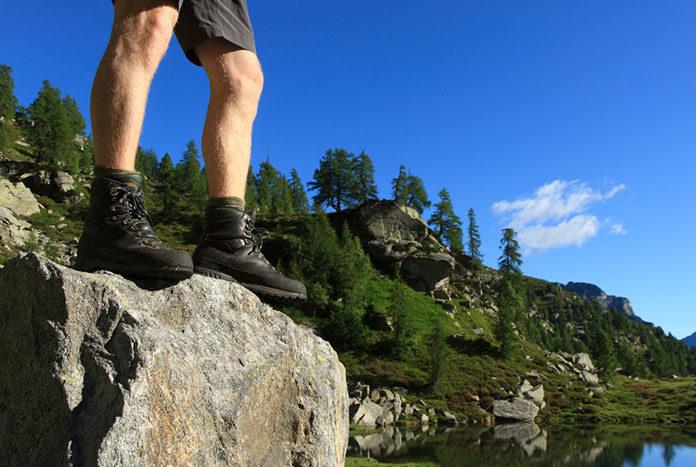 Planujesz trekking w górach? Dowiedz się, jaką odzież turystyczną i buty trekkingowe męskie zabrać ze sobą!
